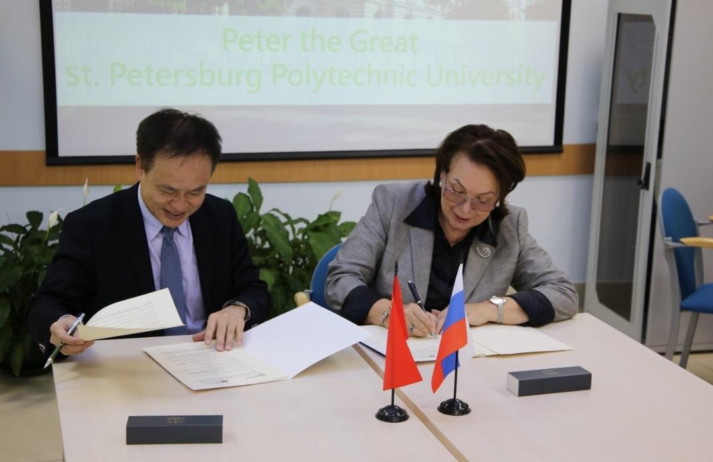 Подписан договор об академическом сотрудничестве между Гуманитарным институтом СПбПУ и Образовательным университетом Гонконга (Китай)