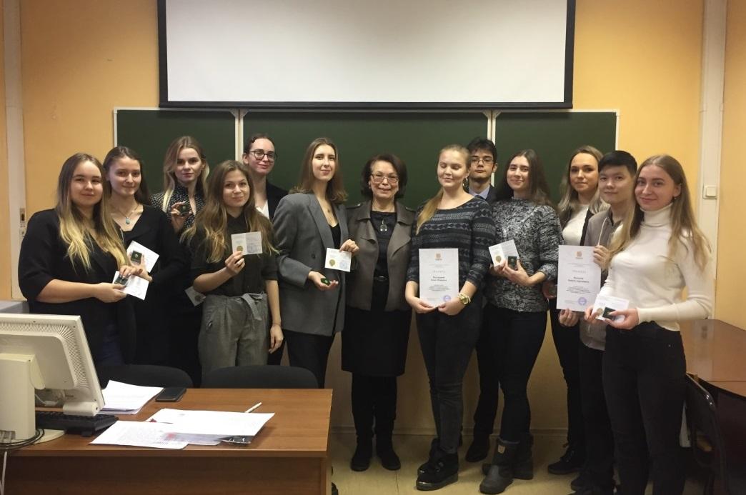 Директор Гуманитарного института Н.И. Алмазова поздравила студентов-отличников